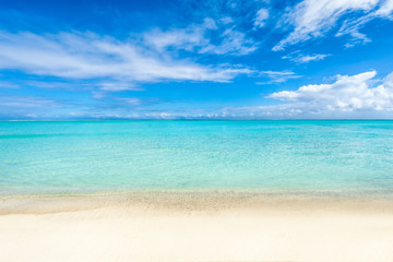 Weißer Strand und blaues Meer auf den Malediven