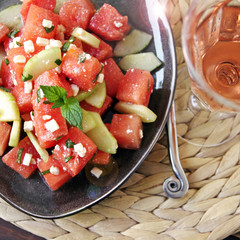 sommersalat mit melone, gurke und feta