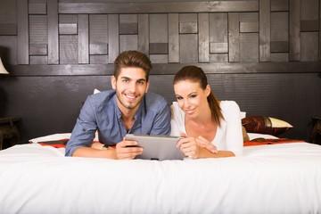 Junges Paar mit Tablet Pc im asiatischen Hotel