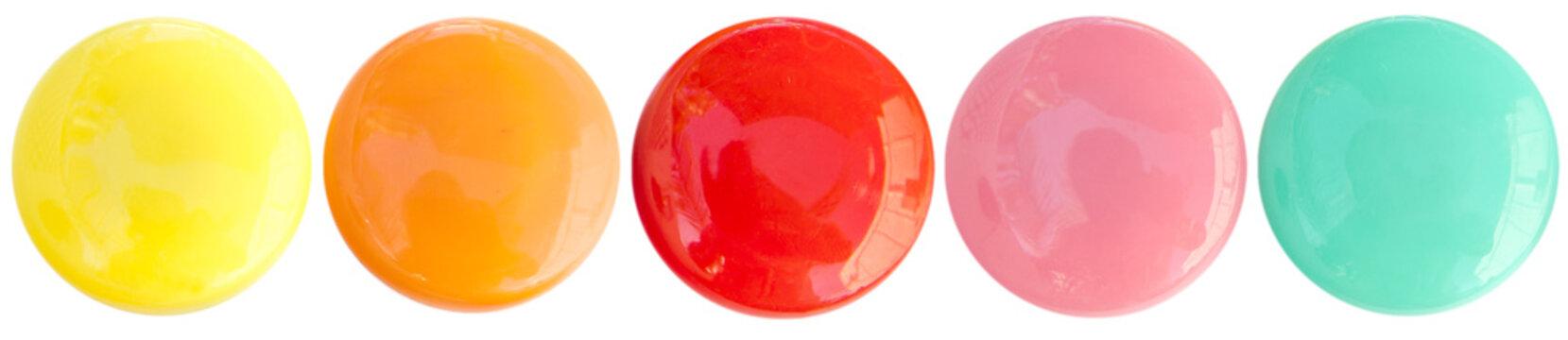 boutons magnétiques bonbons acidulés sur fond blanc
