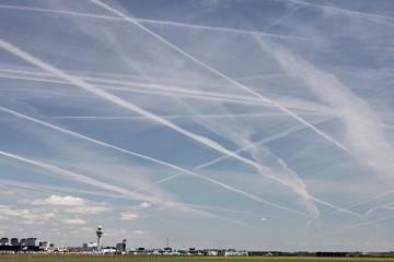 Kondensstreifen am Himmel über dem Flughafen Amsterdam-Schiphol