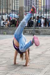 Mädchen beim Breakdance/Akrobatik