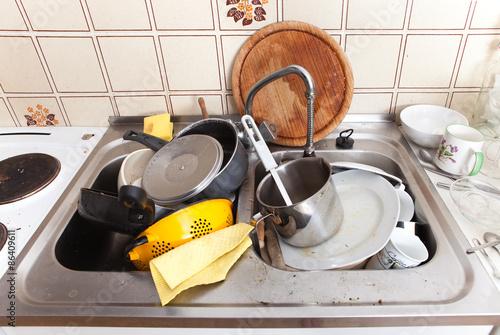 Geschirr Küche | Spule Mit Dreckigem Geschirr Und Lappen In Alter Kuche Stockfotos