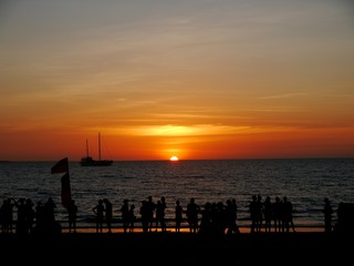 Sonnenuntergang an einem Strand in Darwin, Australien vor einer Menschenmenge