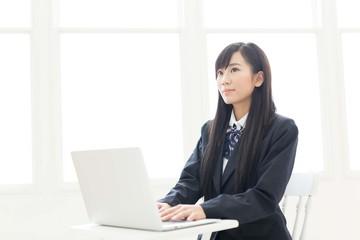 パソコンを使う女子高生