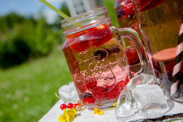 Kalte Erfrischungsgetränke mit Obst