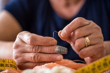 sarta,cucire,cucito,abito su misura,ago,filo,mani,ditale,artigiano,vestito,abito,moda,stoffa,metro,donna,pizzo,ricamo,ricamatrice