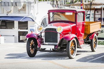 Keuken foto achterwand Havana Classic vintage car at port.