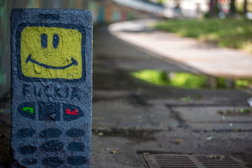 Graffiti lachender Grenzstein