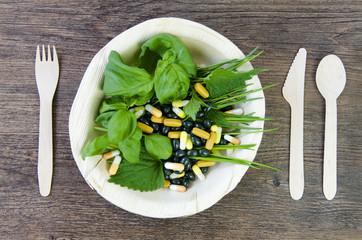 Kräuter und Vitamine in Pillenform auf dem Teller