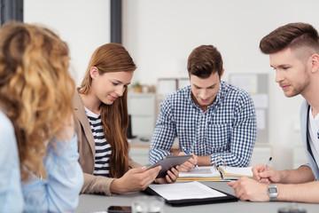 junges business-team arbeitet zusammen an einem projekt
