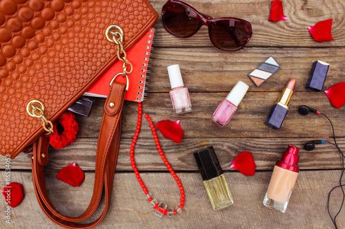 Что обязательно должно быть в любой женской сумочке?