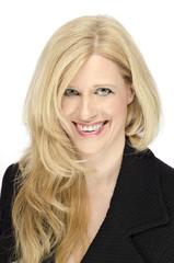 Reife attraktive Frau blond lachend