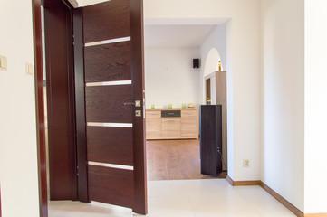 Drewniane otwarte drzwi do łazienki