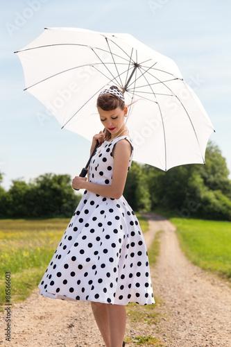 Frau Im Fifties Look Mit Petticoat Und Haarband Auf Einem Feldwe