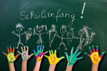 Schulanfang Schüler an Tafel