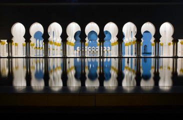 Fotobehang Midden Oosten Abu-Dhabi, Grand Moss columns and pole reflection by night
