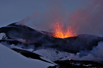 Photo sur Plexiglas Volcan New Tolbachik Fissure Eruption (lava ejection from the crater)