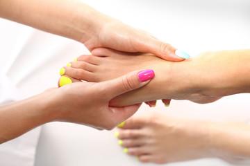 Masowanie stóp, w salonie kosmetycznym