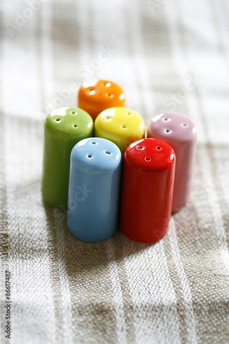Mini Salzstreuer mini salzstreuer in verschiedenen farben stockfotos und lizenzfreie