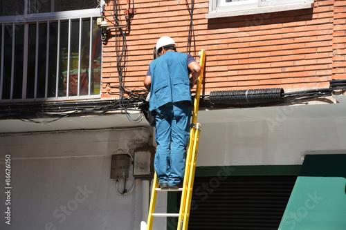 Electricista trabajando sobre una escalera photo libre for Escalera de electricista
