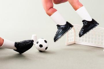 人間の指でプレイしているサッカー