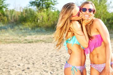 zwei junge frauen haben spaß am strand
