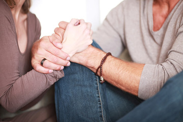 verliebtes Paar hält die Hand