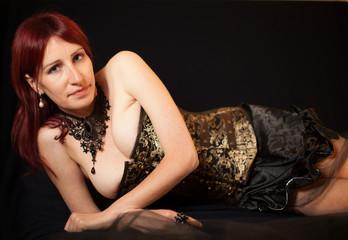 Bellissima donna caucasica isolata su sfondo nero