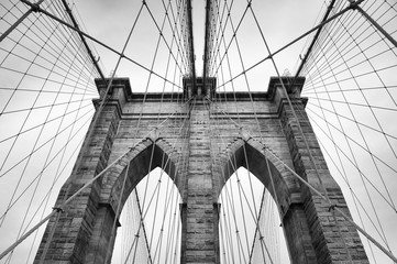Foto auf AluDibond Ikea Brooklyn Bridge New York City close up architectural detail in timeless black and white