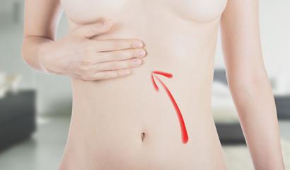 Stomaco donna indicato con freccia
