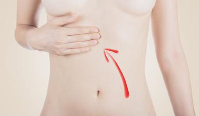 Stomaco donna con mano sopra indigestione