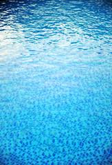 Agua transparente de la piscina