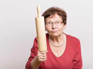 Wütende Rentnerin mit Nudelholz
