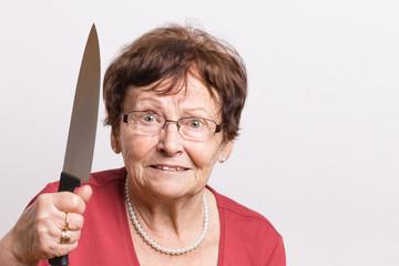 Rentnerin mit Küchenmesser