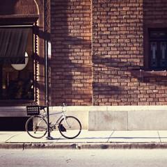 Vintage fiets voor een bakstenen gebouw