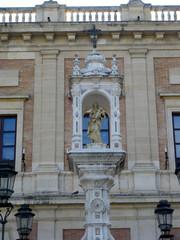 Icone religieuse et statue sur la voie publique