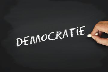 Concept écriture à la craie sur tableau noir - démocratie