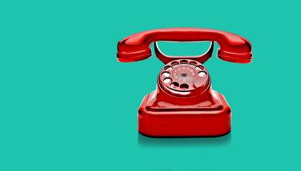 Rotes Wählscheibentelefon vorHellblauem Hintergrund