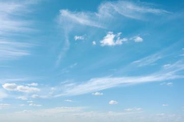 Необычные утренние облака на фоне синего неба