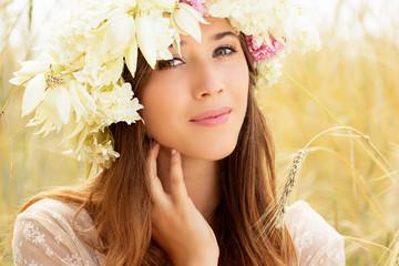 Натуральная красота. Красивая девушка в пшеничном поле