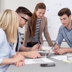 junge geschäftsleute in einer besprechung am arbeitsplatz