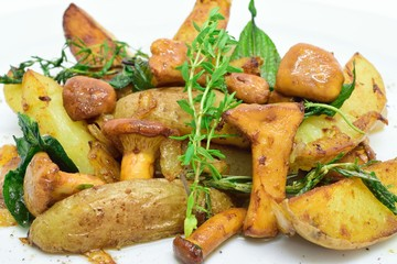Pfifferlinge mit gebratenen Kartoffeln