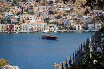 Schiff vor griechischem Dorf