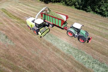 Fototapete - Landtechnik beim Ernten von Grassilage, Luftbild