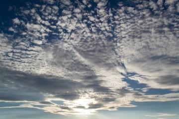 Grelle Wolken