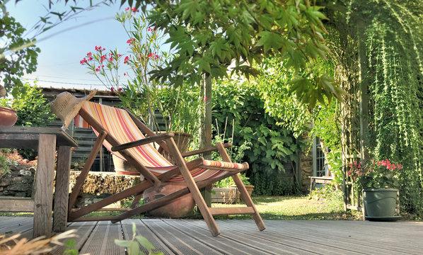 chaise longue dans jardin sur terrasse en bois