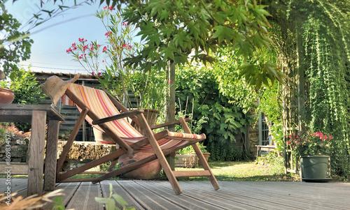 chaise longue dans jardin sur terrasse en bois photo libre de droits sur la banque d 39 images. Black Bedroom Furniture Sets. Home Design Ideas