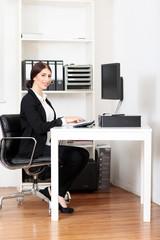 modernen Arbeitsplatz mit junger Frau
