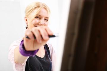 Radość, kobieta maluje obraz